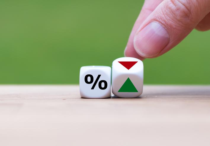 ¿Qué determina el aumento o la reducción en las tasas de interés?